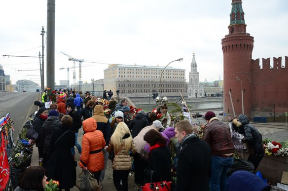 People are still coming to the Nemtsov bridge. Photo from Novaya gazeta.