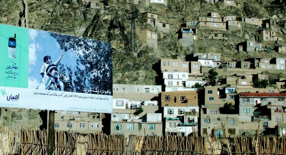 Housing extends up the hillsides on the outskirts of Kabul. Finding accommodation is among the challenges faced by returnees to Afghanistan. (Photo: Carol Mitchell, Flickr.)