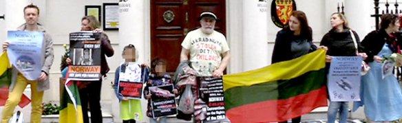 Rundt 20 litauiske  demonstranter sto utenfor den norske ambassaden i London lørdag 30. mai. De protesterte mot norsk  barnevern. – Som  forsker har jeg spørsmål om et system som  tilsynelatende vilkårlig kan frata deg barna  dine, skriver forfatteren.   Foto: Espen Aas/  NRK