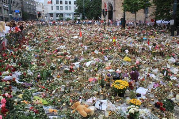 A_sea_of_flowers_to_remember_the_victims_of_the_terror_attack_in_Oslo,Norway. Photo: Øyvind, via Wikimedia Commons