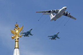An-Il-78-Midas-air-force-tanker-and-Su-34-bombers-fly-in-formation-during-the-Victory-Day-parade-above-Red-Square-in-Moscow