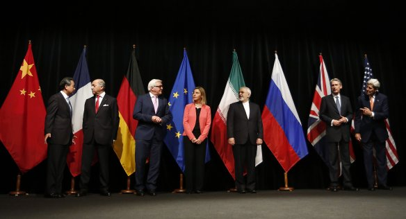 Iran nuclear deal: agreement in Vienna, July 2015. From left to right: Foreign ministers/secretaries of state Wang Yi (China), Laurent Fabius (France), Frank-Walter Steinmeier (Germany), Federica Mogherini (EU), Mohammad Javad Zarif (Iran), Philip Hammond (UK), John Kerry (USA). Foto: Dragan Tatic for Bundesministerium für Europa.
