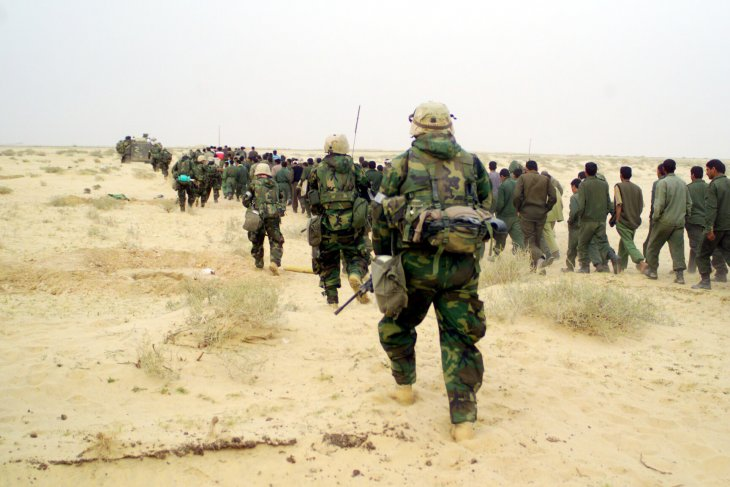 u-s-_marines_with_iraqi_pows_-_march_21_2003